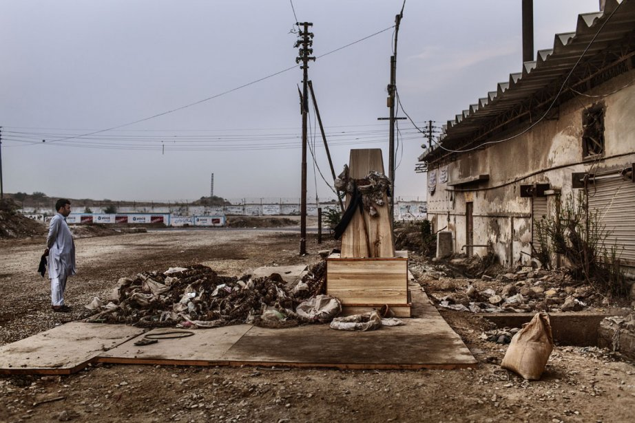 Un monument de fortune érigé par des parents et amis des victimes à l'extérieur de l'usine. | 11 décembre 2012