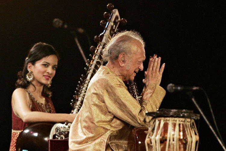 Ravi Shankar et sa fille Anoushka en concert à Calcutta en février 2009. (Photo: AFP)