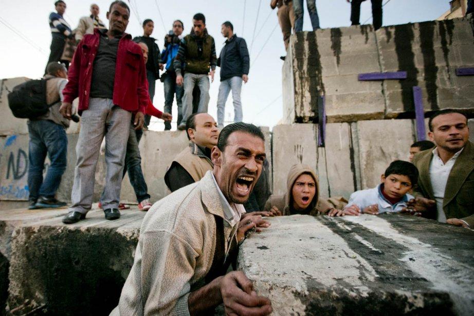 L'immense barrière de béton, de grilles et de barbelés érigée par l'armée autour du palais présidentiel égyptien pour calmer les ardeurs des protestataires n'a pas eu raison, hier, de la détermination de dizaines de milliers d'entre eux. | 12 décembre 2012