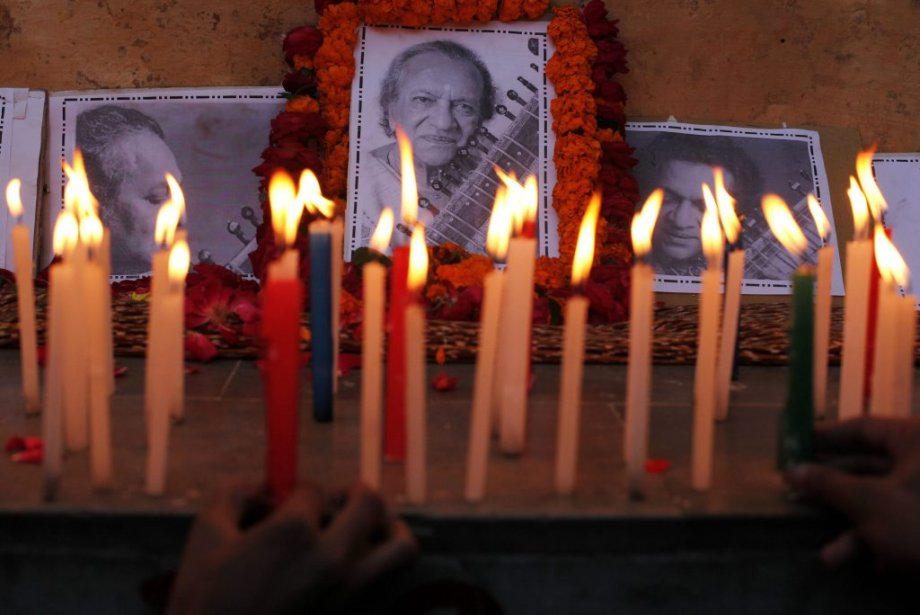 Des chandelles pour honorer le maître du sitar (Photo: AP)