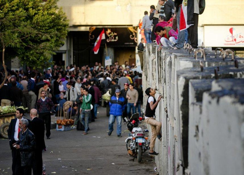 Le mur de béton érigé autour du palais présidentiel n'a pas réussi à décourager les manifestants. | 12 décembre 2012