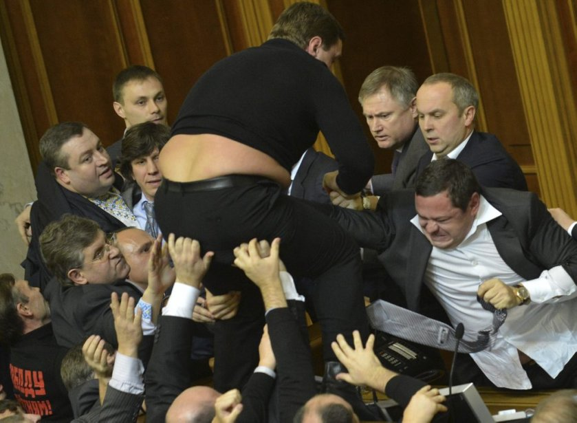 Des bagarres ont éclaté entre élus le 12 décembre à Kiev alors que la nouvelle législature ukrainienne devait se prononcer sur la reconduction à son poste du premier ministre démissionnaire Mykola Azarov. Pendant ce temps, devant le Parlement, quatre militantes ont manifesté en petite culotte et chaussettes noires, malgré une température proche de zéro, pour protester contre la corruption des députés... | 12 décembre 2012