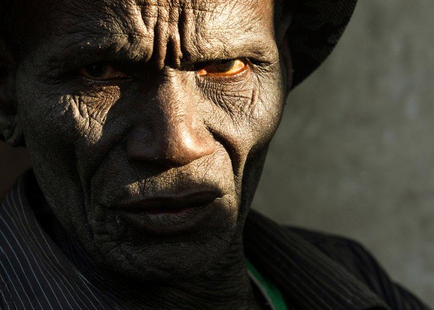 Dans son village de Nyangoto, en Tanzanie, il se fait appeler «l'homme lézard». Mwikwabe Mwita affirme souffrir d'une maladie de la peau depuis qu'il a bu de l'eau qui aurait été contaminée par la mine North Mara, appartenant à la société minière canadienne Barrick Gold «Il était assis dans l'ombre et se grattait tout le temps, se souvient le photographe Ivanoh Demers. Mais lorsqu'il se penchait vers l'avant, il entrait dans la lumière.» | 12 décembre 2012