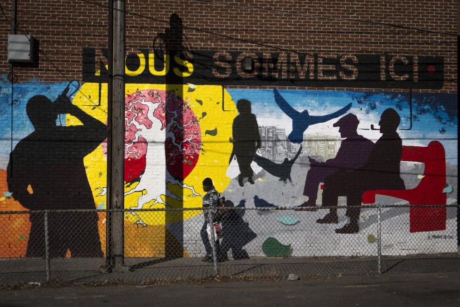 Trois murales ont été créées aux Habitations Place Normandie, à Montréal-Nord. Arnaud Grégoire et Cyril Blanchard ont réalisées à la cannette le tryptique Nous sommes ici qui représente le quartier avec les générations, les différentes langues et origines ethniques, le sens de l'amitié, l'entraide, le sport et les arts. (Photo: Olivier Pontbriand, La Presse)
