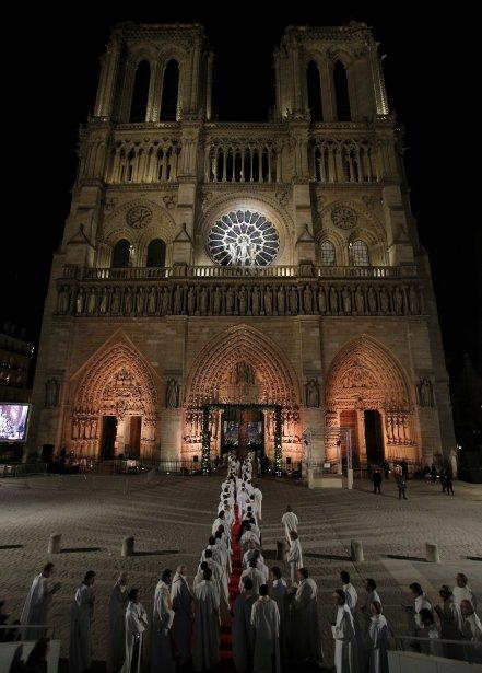 Des dignitaires, des touristes et des Parisiens se sont rassemblés par milliers, le 12 décembre, pour une cérémonie et une messe soulignant les débuts d'une année d'événements commémoratifs du 850e anniversaire de la cathédrale Notre-Dame. L'archevêque André Vingt-Trois et le maire de Paris, Bertrand Delanoë, font partie des dignitaires civils et religieux ayant participé aux événements célébrant la construction de la cathédrale, en 1163. | 13 décembre 2012