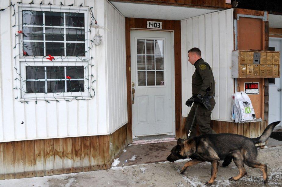Tôt jeudi matin, les policiers sont débarqués dans ce logement... | 2012-12-14 00:00:00.000