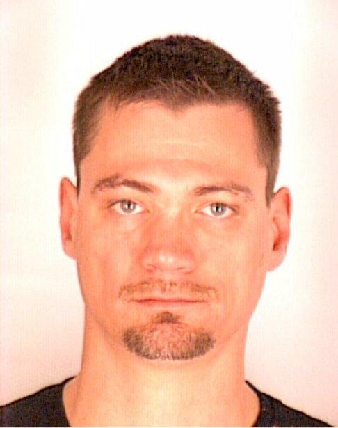 Christian Junior Bédard, 35 ans, est recherché pour trafic de stupéfiants et complot et il pourrait se cacher à Trois-Rivières ou encore dans le secteur de Saint-Léonard à Montréal. Il mesure 1,85 m, pèse 93 kg et a plusieurs tatouages. ()