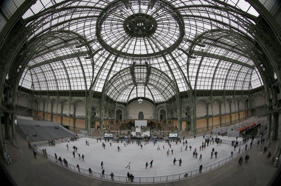 A l'occasion des fêtes de fin d'année, la nef vitrée du Grand Palais à Paris s'est transformé en patinoire géante. Le «Grand Palais des glaces» a pris place le 13 décembre et accueillera les patineurs jusqu'au 6 janvier. Construite en six jours, la patinoire est la plus grande jamais réalisée en France, offrant 1800 mètres carrés de glace. | 14 décembre 2012