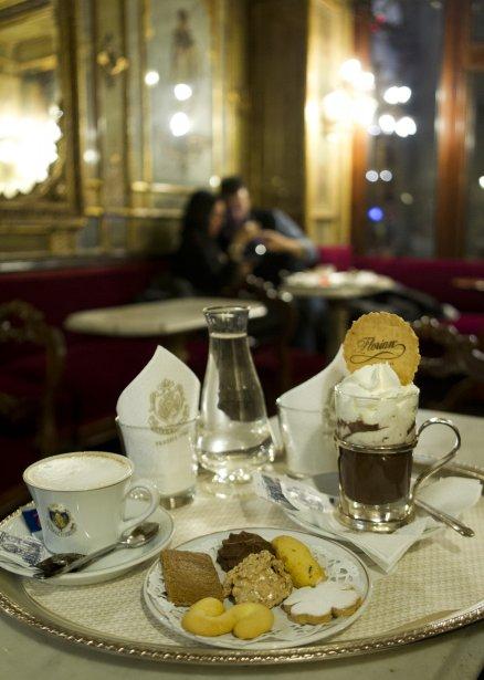 Au café Florian, le chocolat chaud et le café sont servis sur un plateau d'argent. Un classique du matin de Noël. | 14 décembre 2012