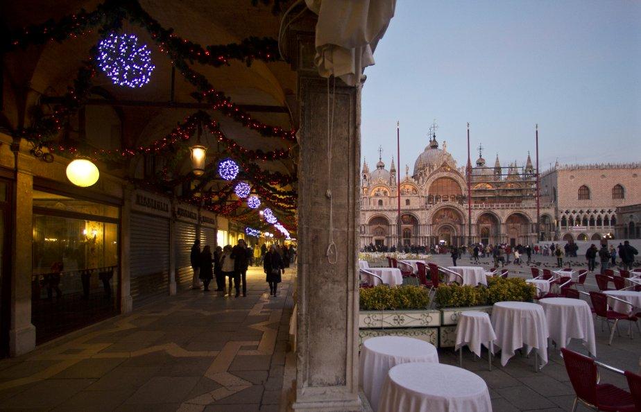Même à la vieille de Noël, le soleil brille assez pour qu'on s'assoit aux terrasses de la place Saint-Marc. (Photo Martin Chamberland, La Presse)
