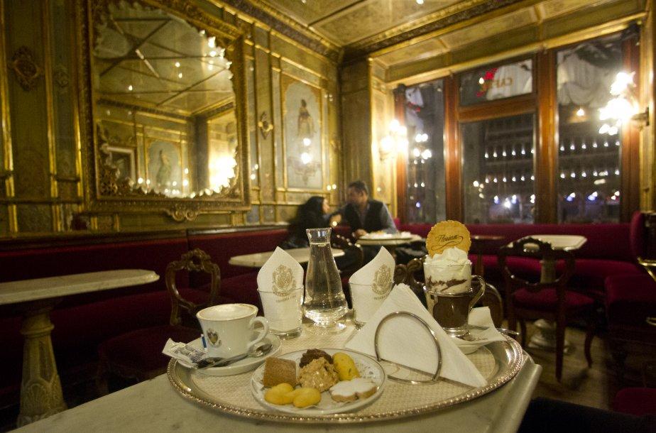 Près de la place Saint-Marc, le café historique Florian,  hors de prix, mais chaleureux avec ses fresques et ses dorures. | 14 décembre 2012