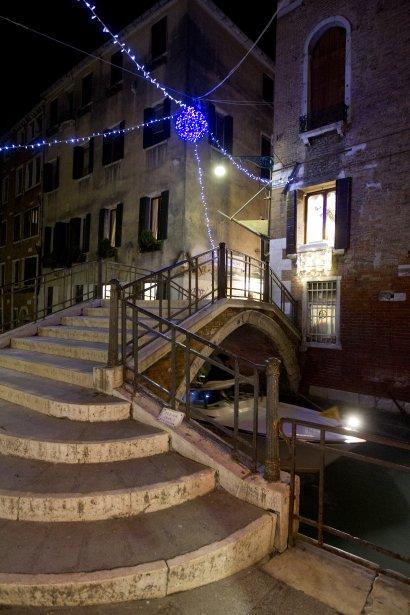 Près de la place Saint-Marc, en route vers le secteur Dorsoduro, de discrètes guirlandes de Noël font leur apparition vers la mi-décembre. | 14 décembre 2012