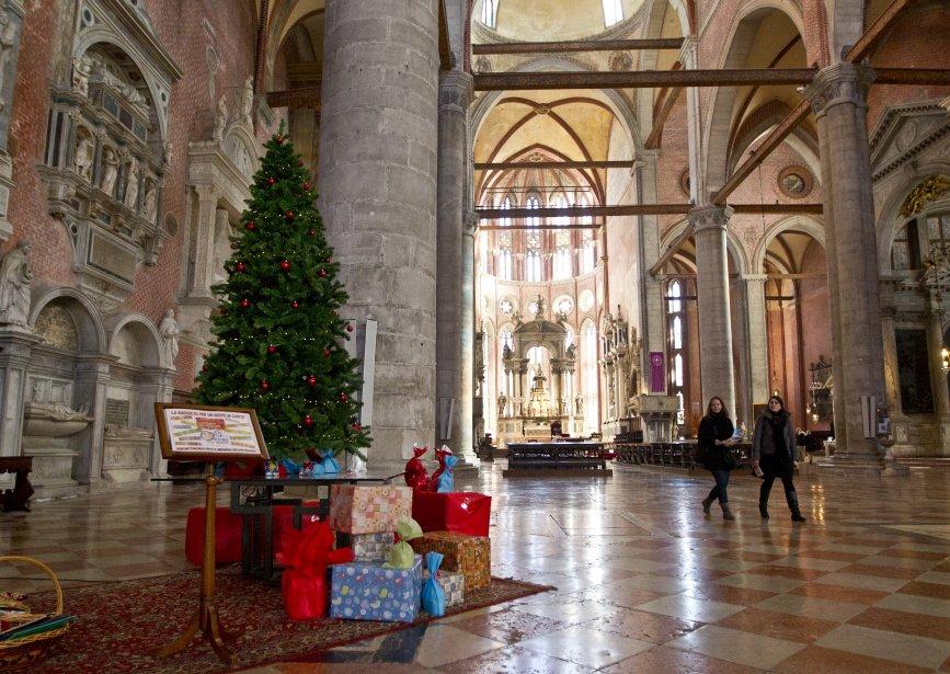 L'installation d'une crèche devant l'église de La Pieta, à deux pas de la place Saint-Marc. | 14 décembre 2012