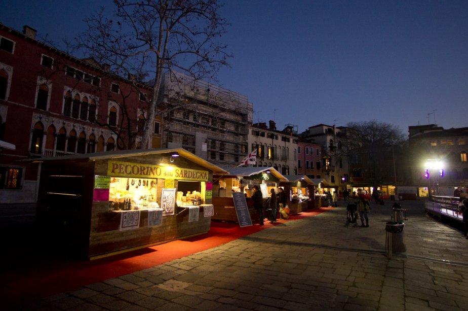 Les maisonnettes d'un petit marché de  Noël et une patinoire égaient le Campo San Polo, dans le secteur du même nom. | 14 décembre 2012
