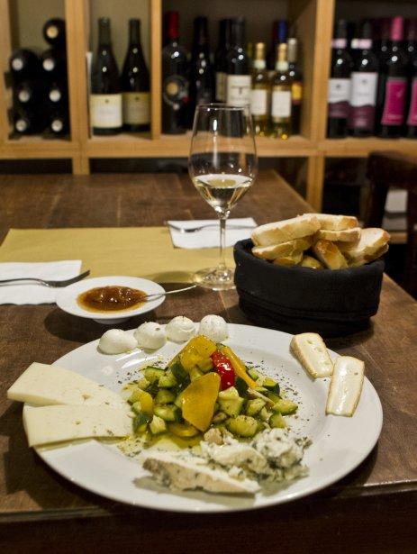 Au bar à vin Al Prosecco, dans le tranquille secteur Santa Croce, on sert de petits festins de fromages arrosé de mostarda, une sauce de fruits confits pimentés à l'essence de moutarde. (Photo Martin Chamberland, La Presse)