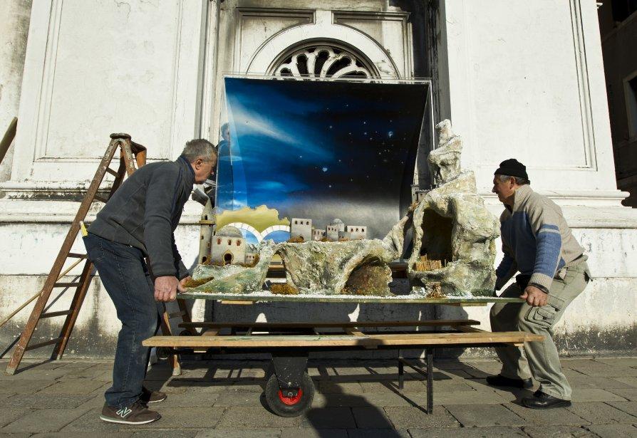L'installation d'une crèche devant l'église de La Pieta, à deux pas de la place Saint-Marc. (Photo Martin Chamberland, La Presse)