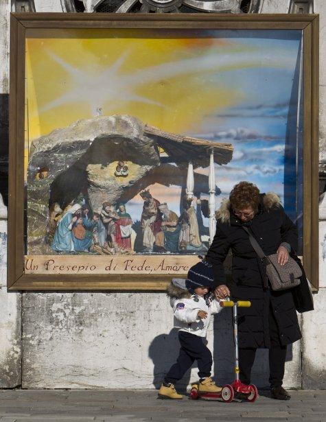 Le 26 décembre, bien des Vénitiens font al tournée des crèches. Certaines sont flottantes, vivantes ou musicales. (Photo Martin Chamberland, La Presse)
