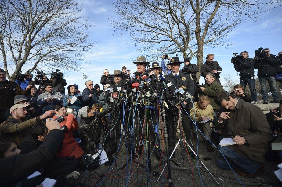 Le lieutenant Paul Vance de la police de l'État du Connecticut a tenu une conférence de presse, samedi, pour faire le suivi sur la situation après la tuerie à l'école primaire de Newtown, vendredi, un des pires carnages de l'histoire des États-Unis. | 15 décembre 2012
