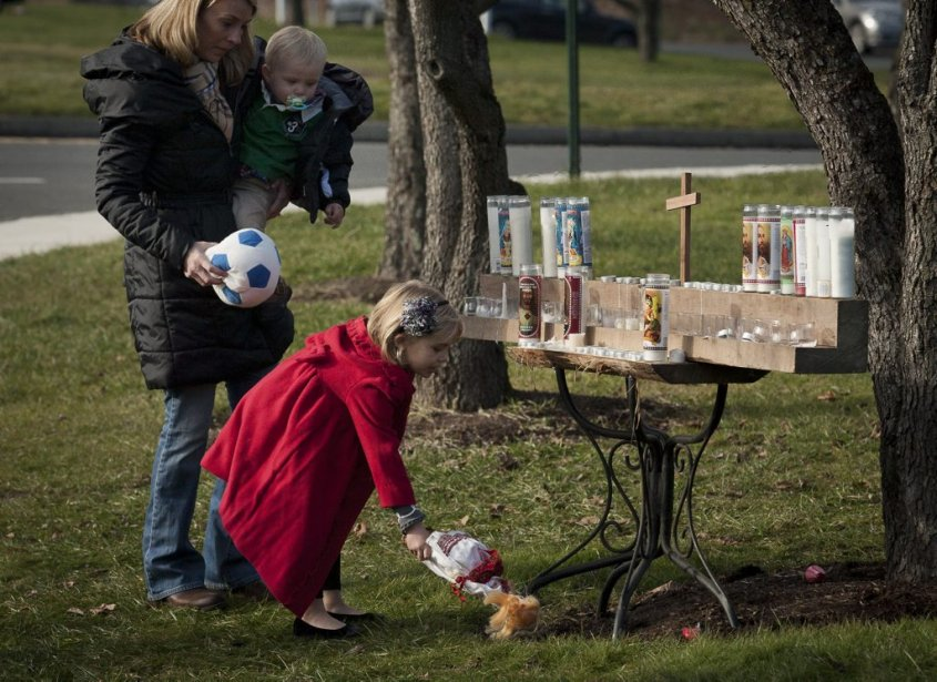Tuerie à l'école primaire Sandy Hook. Wendy Goodell, qui a grandi à Newtown, est venue du New Jersey avec ses enfants pour offrir des jouets à la mémoire des victimes. (François Pesant, collaboration spéciale)