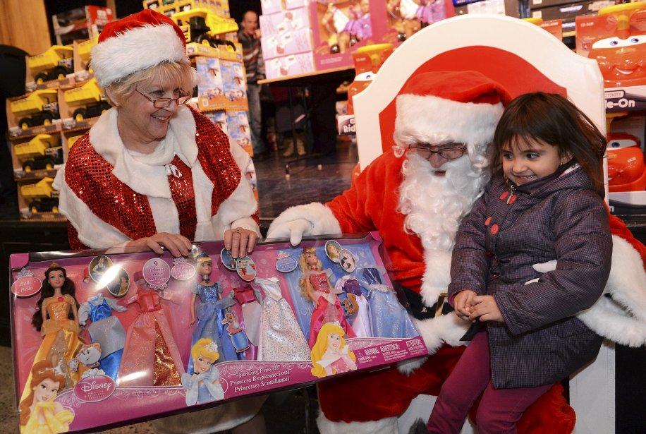 Le 65e Arbre de Noël des pompiers de Québec a fait 450 petits heureux, dimanche, quand père Noël et mère Noël ont distribué des cadeaux neufs qui ont été (on le constate!) très appréciés. | 16 décembre 2012