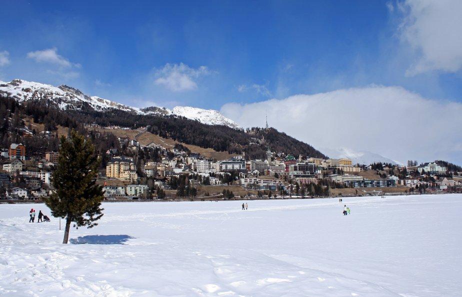 La station de Saint-Moritz en Suisse possède de nombreux hôtels... | 2012-12-17 00:00:00.000