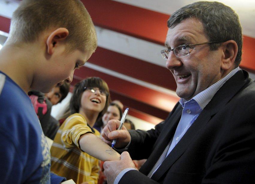 Toujours aussi populaire, le maire Régis Labeaume signe un autographe sur le bras d'un élève dans une école primaire. | 18 décembre 2012