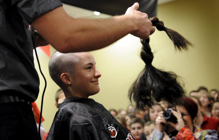 Marie-Pierre Thibault a accepté de faire couper sa belle chevelure au Défi têtes rasées de Leucan. | 18 décembre 2012