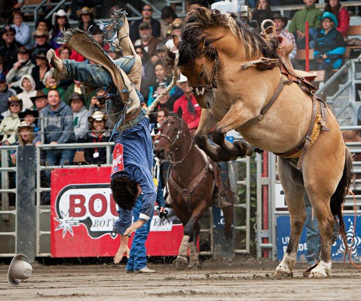 Un cow-boy est éjecté de sa monture pendant La grande chevauchée au Festival western de Saint-Tite, en septembre. | 18 décembre 2012