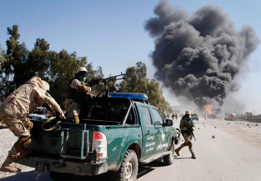Les forces de sécurité afghanes arrivent sur les lieux d'une manifestation antiaméricaine à la base militaire de l'OTAN à Jalalabad, à l'est de la capitale Kaboul. Au moins cinq manifestants sont morts et une trentaine ont été blessés dans des émeutes en février après que des exemplaires du Coran eurent été brûlés dans cette base militaire. | 18 décembre 2012