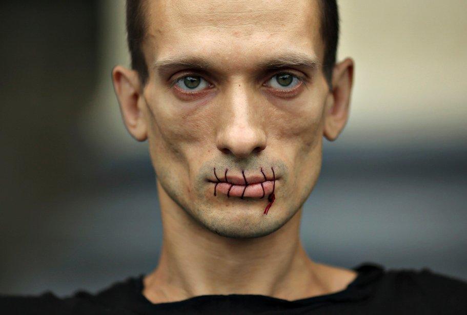 La bouche cousue, l'artiste russe Pyotr Pavlensky  a ainsi dénoncé, fin juillet, l'emprisonnement des membres du groupe punk rock Pussy Riot. | 18 décembre 2012