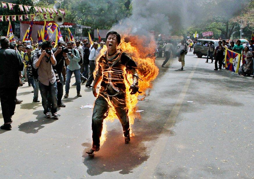 Il s'appelait Jamphel Yeshi et avait 27 ans. Il avait fui le Tibet en 2006 et vivait depuis à New Delhi, en Inde. Le 26 mars, dans un acte désespéré pour dénoncer la répression chinoise dans son pays, il s'est immolé par le feu, peu avant la visite du président chinois Hu Jintao. Il a succombé à ses blessures deux jours plus tard. | 18 décembre 2012