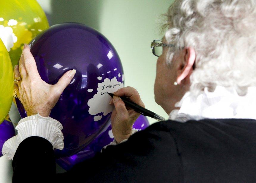Cette dame écrit en anglais sur le ballon à un proche décédé du cancer à Shannon qu'il lui manque. | 19 décembre 2012