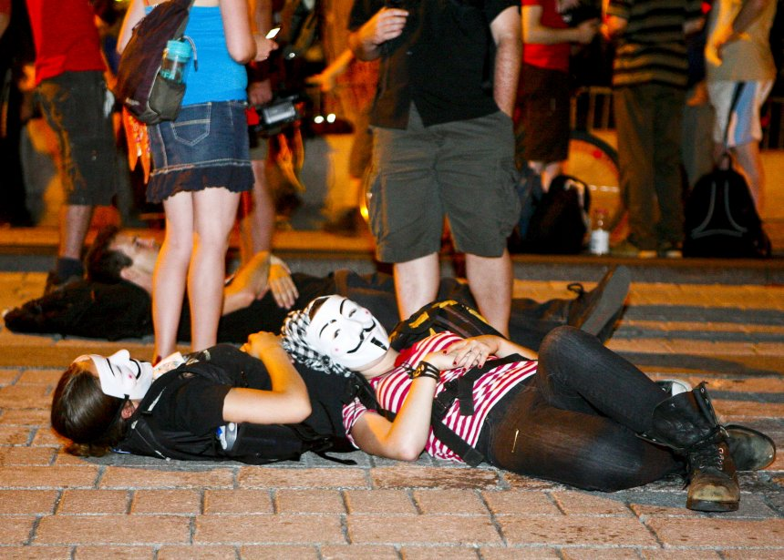 Des étudiants fatigués se reposant près du parlement après avoir manifesté | 19 décembre 2012