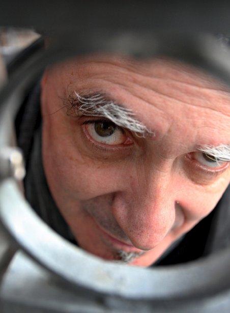 Le conteur Michel Faubert s'est prêté au jeu du photographe en regardant entre les barreaux d'un escalier. | 19 décembre 2012
