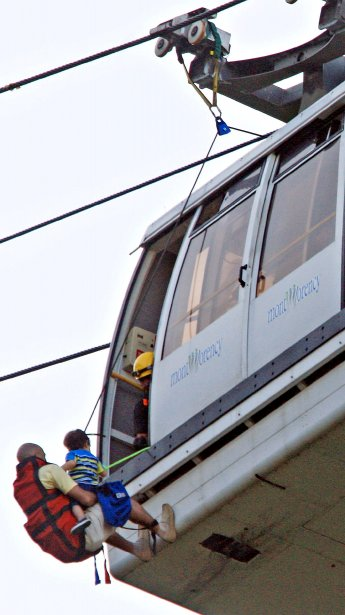 Un garçon est descendu d'une des nacelles du téléphérique en panne à la chute Montmorency en mai. | 19 décembre 2012