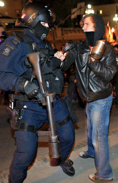 L'un avec des armes et l'autre avec une fourchette et une casserole lors d'une des manifestations pacifiques durant le conflit étudiant à Québec au printemps | 19 décembre 2012