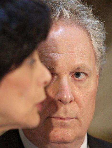 Jean Charest est très attentif aux propos de la ministre Michelle Courchesne qui a remplacé Line Beauchamp durant le conflit étudiant au printemps. | 19 décembre 2012