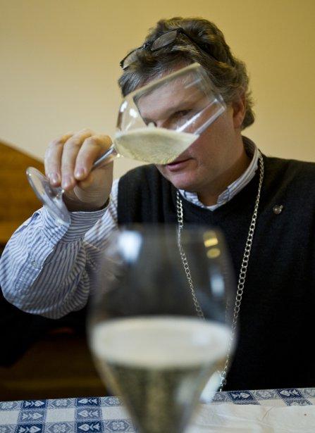 Le  sommelier Mario Piccinin enseigne aux touristes les secrets du prosecco. (Martin Chamberland, La Presse)