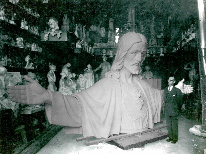 Section de la statue du Sacré-Coeur de Montmartre, haute de 22 pieds lorsque terminée. Elle a été sculptée en taille directe et non moulée. Louis Carli, qui a participé à son exécution, pose pour la photo. (Photo: tirée du livre Petrucci, de 1790 à 2012 (Éditions Collectophile))