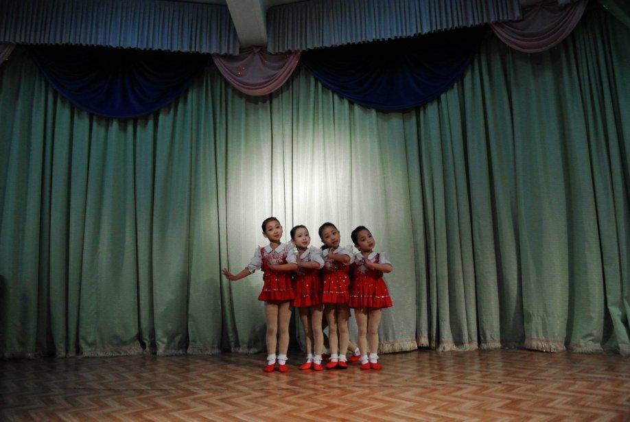 Un quatuor de fillettes pose pour le photographe... | 2012-12-19 00:00:00.000