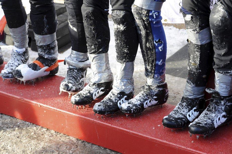 Des chaussures glacées avec des crampons sur le podium de la course en canot du Carnaval | 20 décembre 2012