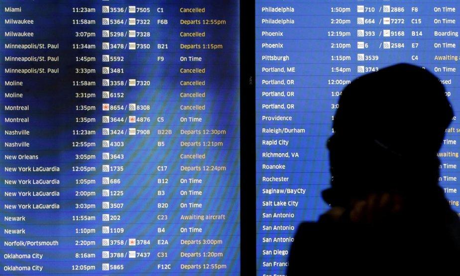 Un passager consulte la liste des vols annulés... (Photo: AP)