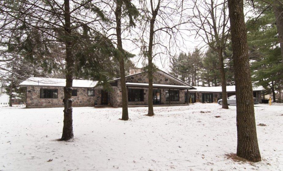 Un garage est annexé à cette maison et il y... | 2012-12-21 00:00:00.000