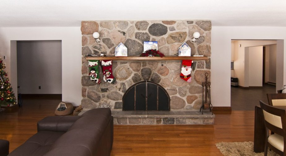 Des ouvertures rectangulaires ont remplacé les arches qui flanquaient auparavant la cheminée. | 21 décembre 2012