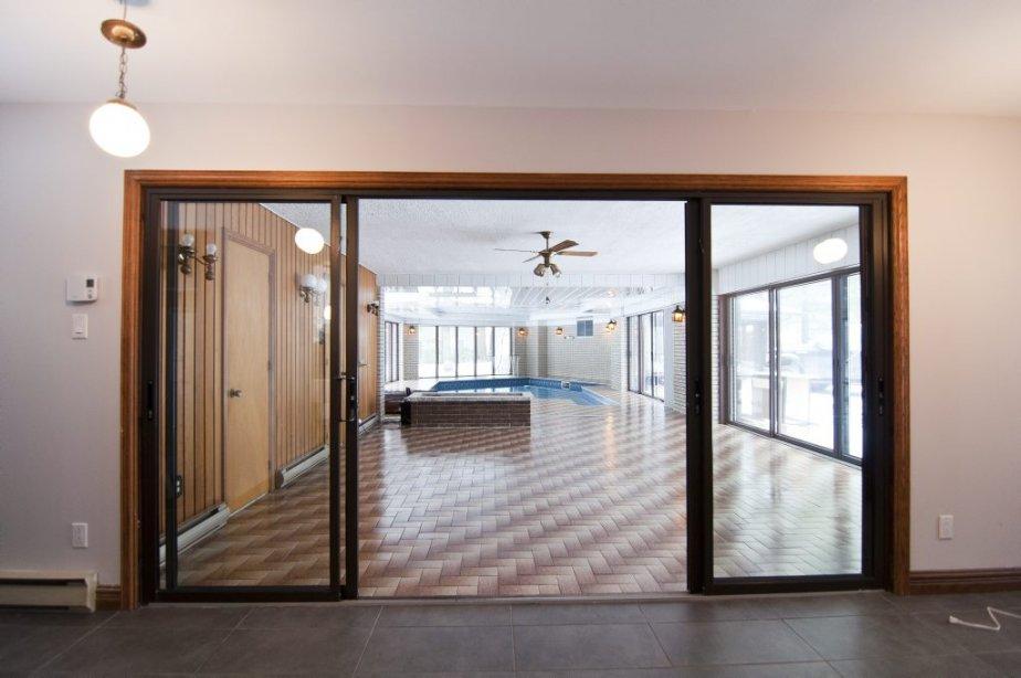 Une large ouverture vitrée mène à la piscine et au spa. | 21 décembre 2012