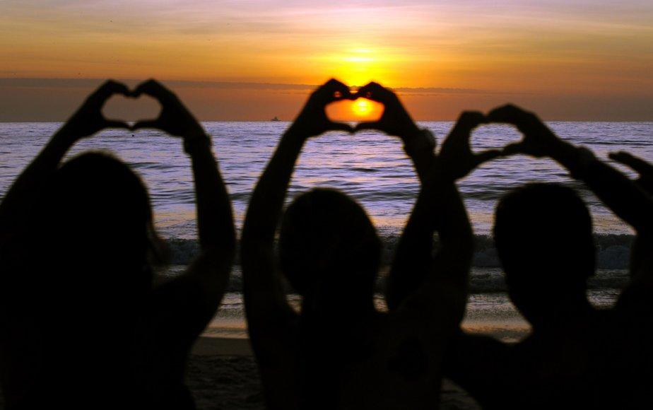 Des gens attendent la fin du monde lors du levé du soleil sur la plage de Copacabana au Brésil. | 21 décembre 2012