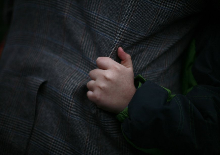 La main d'un petit garçon qui s'agrippe à la veste de son père lors d'une vigile à Newtown au Connecticut. | 21 décembre 2012