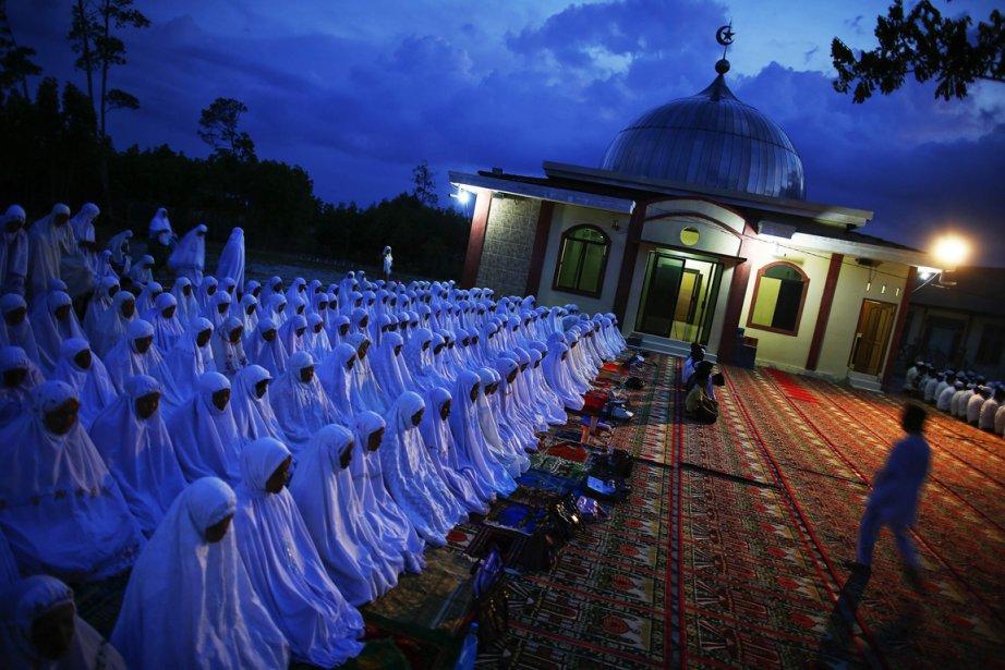 Prière à l'extérieur de la mosquée de Banda Aceh en Indonésie | 21 décembre 2012
