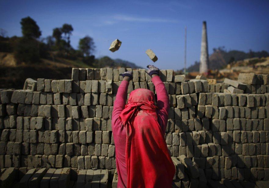 Une briquetière à l'oeuvre à l'extérieur d'une usine de Lalitpur au Népal | 21 décembre 2012