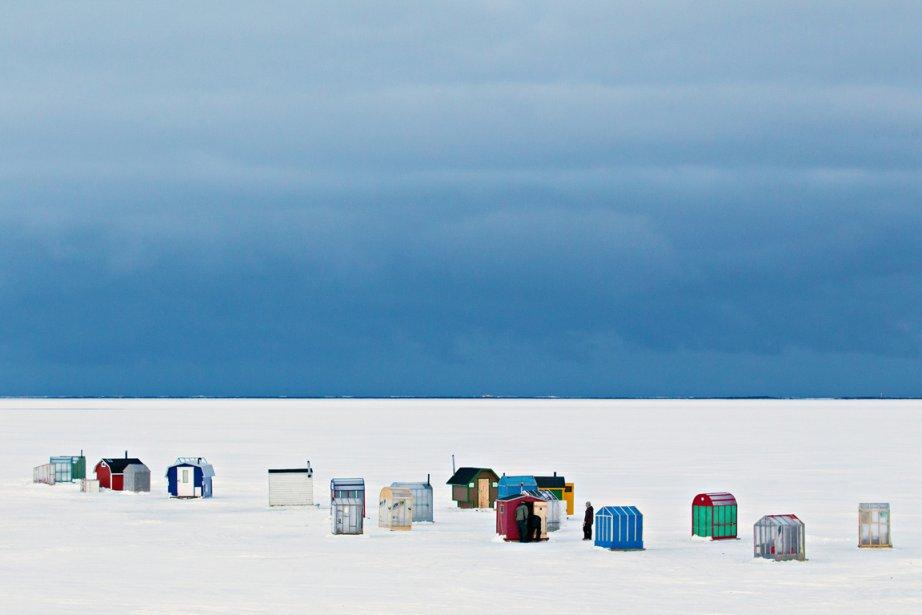 Quand le soir d'hiver tombe, sur la banquise au large des Îles-de-la-Madeleine, les pêcheurs lancent leur ligne à l'eau pour taquiner l'éperlan. Leurs petites cabanes colorées, comme le sont les maisons sur la terre ferme, s'illuminent peu à peu pour percer la nuit noire. | 21 décembre 2012